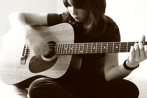 mua-dan-guitar