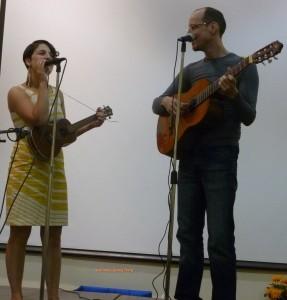 suoi-nhac-quang-trung-dan-guitar-dan-ukulele-5-287x300