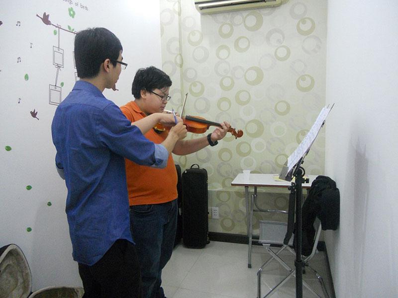 vượt qua khó khăn học violin