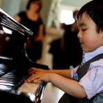 Cần chú ý tư thế tay và tư thế ngồi của trẻ khi học Piano