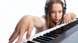 Cho tre hoc piano tren organ
